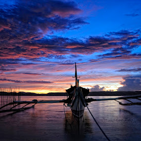 Bangkang de motor by Tyrone de Asis - Landscapes Waterscapes ( clouds, sky, norther samar, tary, sea, sunrise, boat )