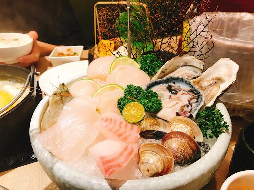 海鮮新鮮、精緻、好吃! 溜溜球干貝很厲害,吃完口齒留香,建議一定要點有溜溜球干貝的雙人套餐! 肉類也好吃!這次點了培根羊和櫻桃鴨,蔬菜盤雖不大也應有盡有,可以吃很飽! 不過價位真的偏高,兩人吃了快20
