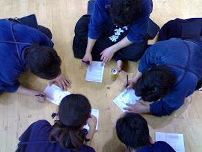 Photo: Los estudiantes japoneses firman el acta donde consta ante notario que no se responsabilizan por los muertos y lisiados que resulten durante el campeonato. 早稲田大学から剣士