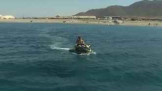 Una moto náutica,  frente a la playa de Las Salinas, en el Parque Natural Cabo de Gata-Níjar.