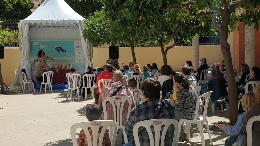 Cuentacuentos de Inma Muñoz en el patio de la Delegación de Gobierno de la Junta.