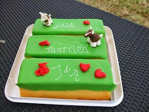 Photo: Ter gelegenheid van het huwelijk ( 23 mei 2014) van Anita en John wordt er getrakteerd op cake met geitjes van marsepein.
