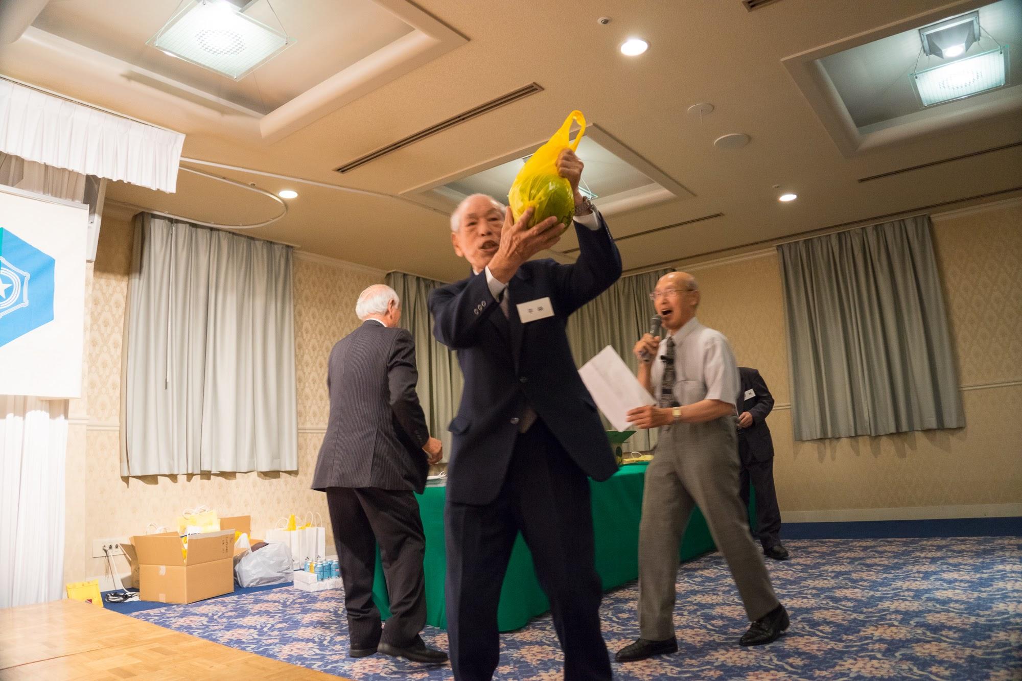 佐野豊町長の抽選による「メロン&スイカ」のプレゼント