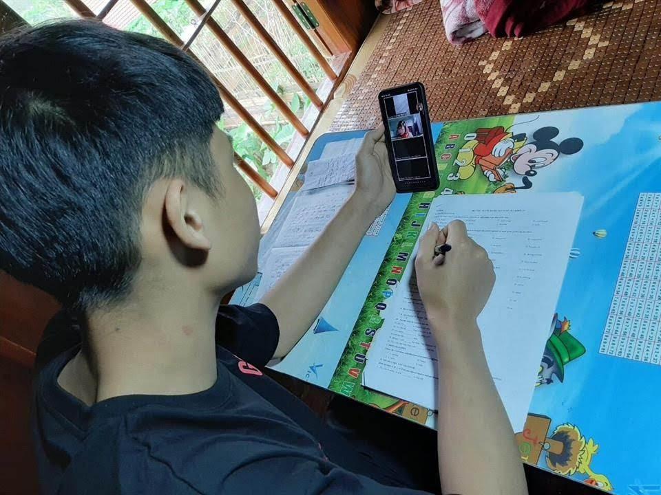 Nam sinh Quang Thế Hà đã có thể ngồi học ngay tại nhà nhờ sóng 4G Viettel, không còn phải leo đồi dựng lán hứng sóng như những ngày trước nữa