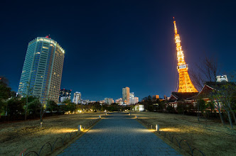 Photo: A path leading past Zojoji Temple towards the Tokyo Tower