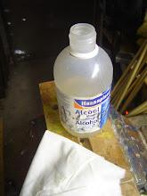 Photo: Essuyage des résidus de colle epoxy à l'alcool ménager