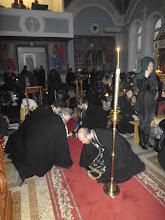 Photo: Священники тоже кладут поклоны