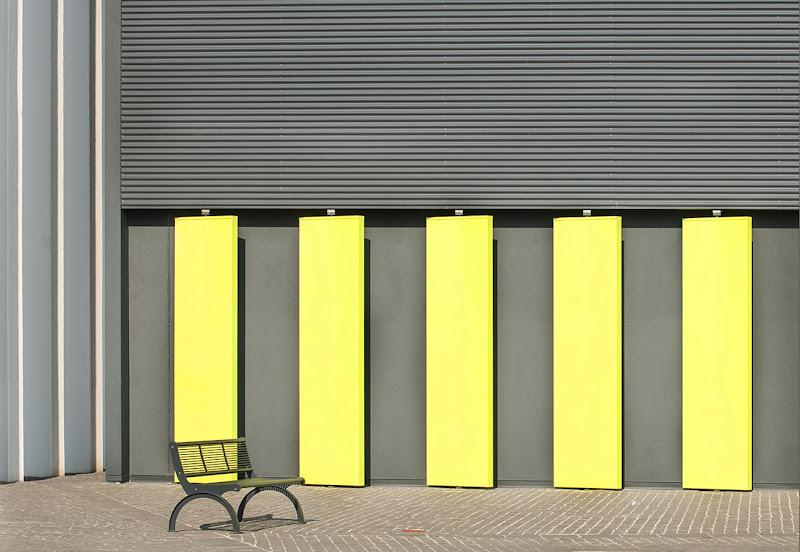 Panchina in giallo e grigio  di AnnieMorgan