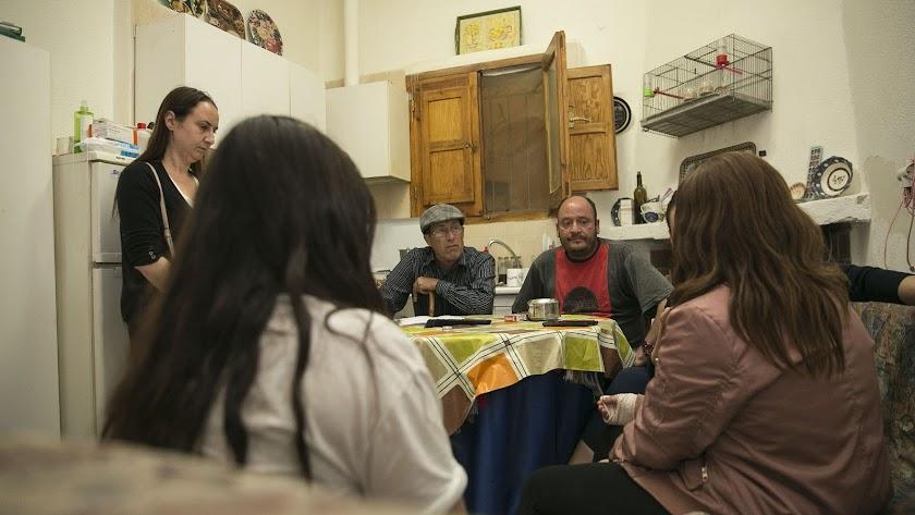 Las dos menores, de espaldas, con sus familias, fotografiadas ayer en Alhama de Almería.