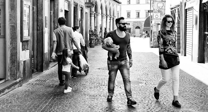 La bambina, l'uomo e... le bambole. di Donatella Brusca
