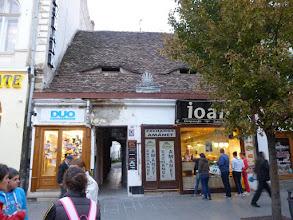 Photo: Rou5Ins222-151002maison aux ''yeux de Sibiu'', lucarne en forme d'amande, Sibiu, trajet église P1030821