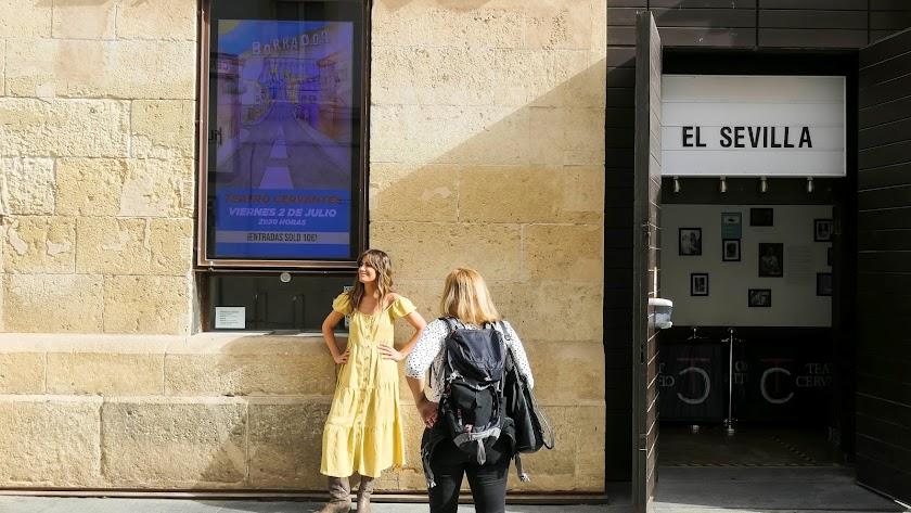 La periodista almeriense Isabel Jiménez, que ha ejercido de anfitriona, apoyada en la fachada del Cervantes con un vestido de su firma de moda.