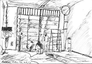 Photo: 車檢口2010.11.14鋼筆 車檢口兩片破舊的大鐵門終於換新的了,看那一片片閃著白光的不鋼板,以及在一旁等待安裝的電動馬達,我就會想到好幾年前有同事冒著颱風手動推開油壓臂故障的大門,而被強風掃來的大門壓斷肋骨的往事,我們這些小獄卒命真的不值錢哪!