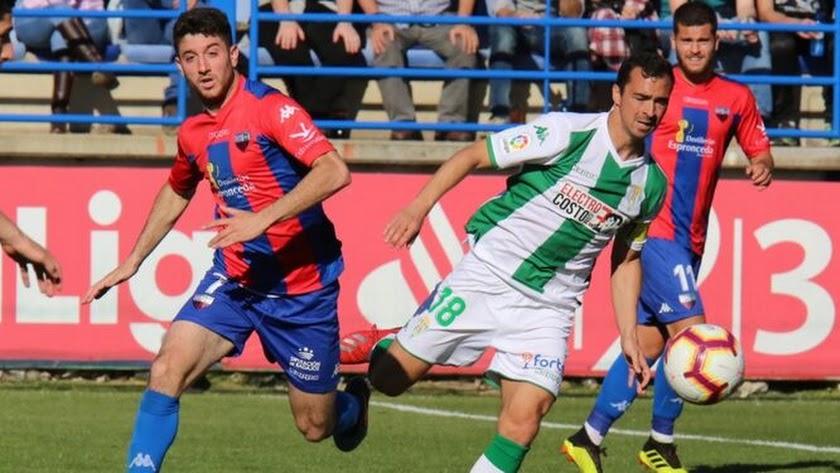Nando (izquierda) en un partido con el Extremadura.