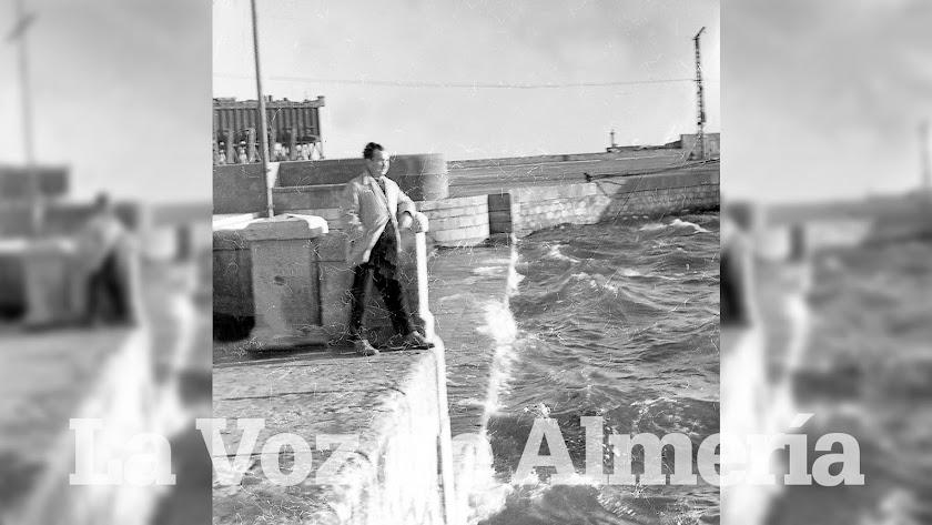 El mar se levantaba como un gigante y subía los peldaños de la escalinata del puerto empujado por la fuerza del viento de poniente.