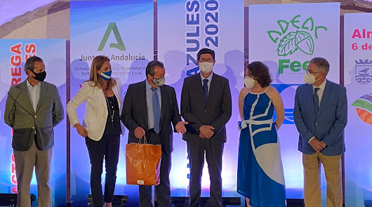 El alcalde recoge en Almuñécar las cuatro banderas azules obtenidas por Pulpí