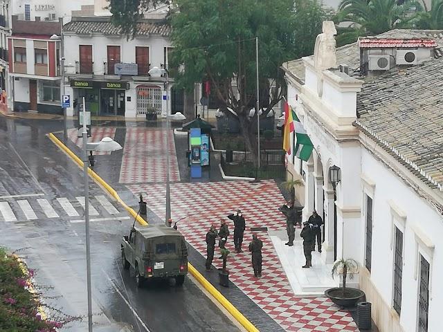 Militares a las puertas del Ayuntamiento de Huércal-OVera en una imagen viral.