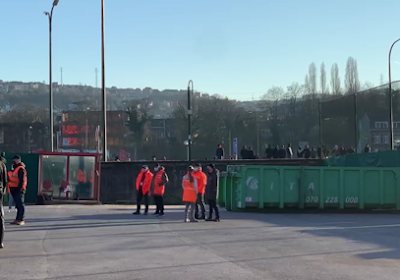🎥 Spelersbus Anderlecht kan niet vertrekken: dreigende 'Standard-fans' staan hen op te wachten omdat ze gang vol vlaggen hingen