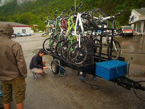 Photo: Faux départ, après 2 km: roue de remorque HS!