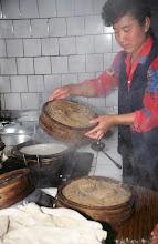 Photo: 03551 土城子/食堂/ユウマイの押し出し麺作り/湯でこねてホーロー床子で押し出し、セイロで蒸す。