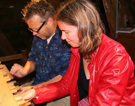 Photo: Wenda bespeelt met Boudewijn Zwart het carillon van de Westertoren