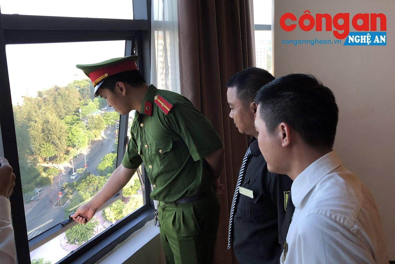 Cán bộ công an phường Nghi Thủy - TX Cửa Lò kiểm tra, hướng dẫn đảm bảo an toàn tại các khách sạn cao tầng trên địa bàn