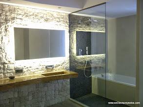 Photo: Detalle del baño. Muro de piedra.