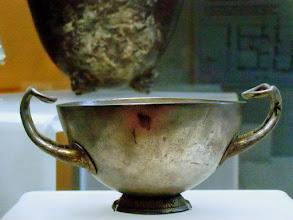 Photo: Silver two-handled cup from the hoard found under the house of Eupolemos in Morgantina, 3rd century BC .......... Zilveren kom met oren uit de zilverschat die begraven was onder het huis van Euopolemos in Morgantina, 3de eeuw v.C.