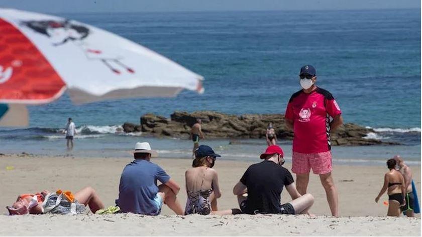 El BOJA prohíbe acceder a playas en zonas de nivel 4 a partir de las 22,00 y las piscinas contarán señales en el suelo.