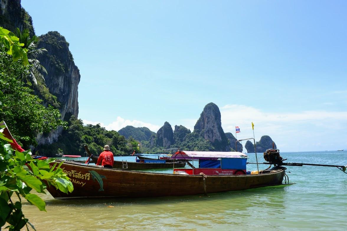 Longtail boat en la playa de Ao Nang