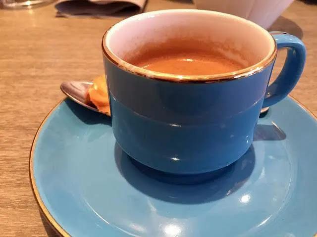 パリのベストビストロ「レザンファンルージュ」コーヒー写真