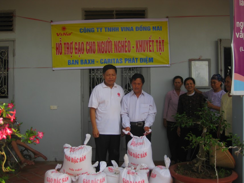 Ban BAXH - Caritas Phát Diệm tặng quà cho người nghèo