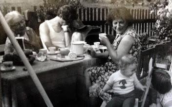 Photo: Meine Uroma Hilde (links), mein Papa, meine Oma, ich und meine Mama beim Kaffeetrinken im Garten.