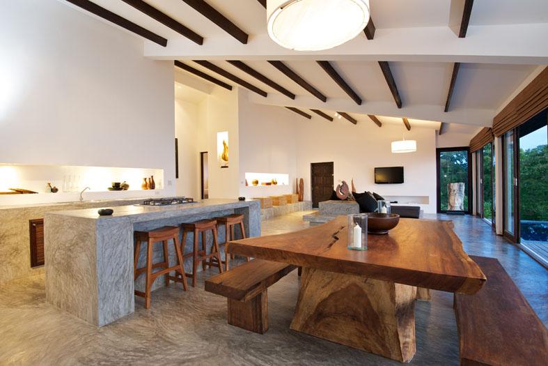 Fitur wood beams pada langit-langit hunian bergaya tropical - source: luxedb.com