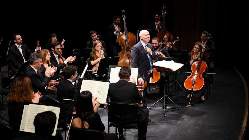 La Orquesta Ciudad de Almería (OCAL), junto a su director, Michael Thomas.