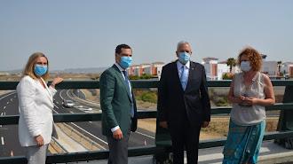 El presidente andaluz posa frente a la carretera junto a los alcaldes de Vera y Garrucha.