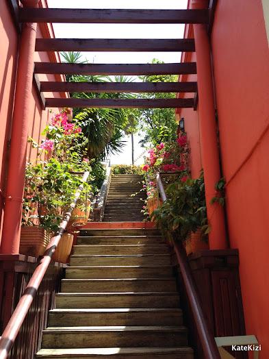 Между ними - вот такая живописная лестница
