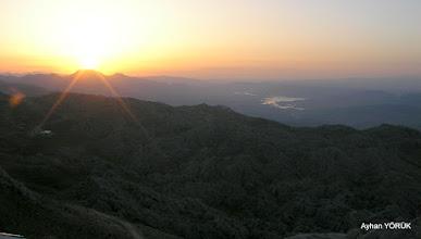 Photo: Nemrut Dağı'nda güneş doğuyor. Saat: 05:17 - Sağda Atatürk Barajı Karadut Köyü-Kahta-Adıyaman- 22.05.2016 Mezopotamya (Gaziantep-Şanlıurfa-Adıyaman Nemrut Dağı)  Etkinliği. - 19-20-21-22 Mayıs 2016