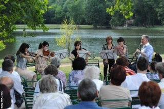 Photo: コンサート(湖の前で)