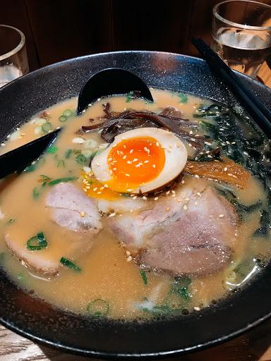 湯頭很濃厚,喝起來不會膩 溏心蛋超級入味的(´・Д・)」 叉燒也很好吃,很適合跟朋友一起來享用 一個人也可以來嚐嚐看( ´▽`)