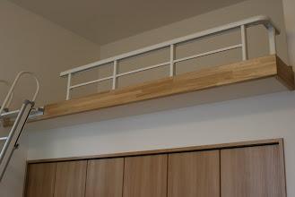 Photo: クローゼットの上をロフトに。 天井を上げることによって生まれる空間。