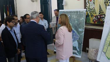Esperanza Pérez, alcaldesa de Níjar, de espaldas durante un encuentro institucional sobre el puerto seco.