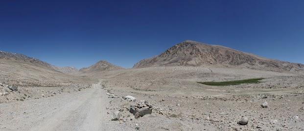 Die Landschaft ist extrem karg, die Piste schlecht.