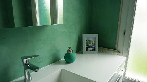 Origanilité de cette salle de bain avec son mur en béton ciré coloré