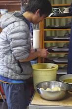 Photo: 一人ジャガイモの皮むきをする漢