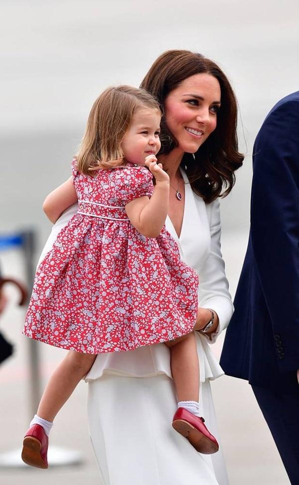 Dlaczego Brytyjska księżniczka Kate regularnie kupuje dla swoich dzieci ubrania dziecięce od tanich  - 4