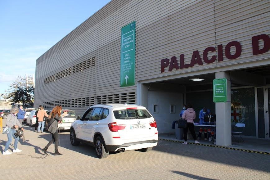 Las vacunas llegan a los almerienses en el Palacio de los Juegos Mediterráneos.