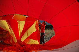 """Photo: Mise en place du """"Parachute"""" pendant le gonflage au sol"""