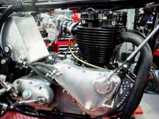 Moteur Triumph  Rickmann monté par machines et Moteurs dans un cadre Norton Featherbed coté distribution