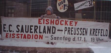 Photo: ECD-Reklame am Haus der heutigen Apotheke von Maher Michael